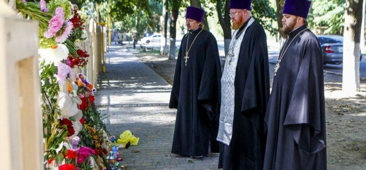 Клирики Одесской епархии возложили цветы и вознесли молитвы по трагически погибшим детям возле детского лагеря «Виктория»
