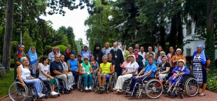 Инвалиды-колясочники встретились с митрополитом Агафангелом и помолились о мире в Украине