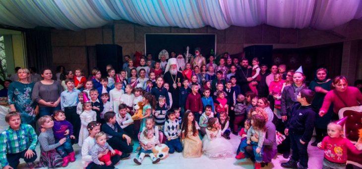 Митрополит Агафангел поздравил более 130 детей из семей беженцев с востока Украины и многодетных семей г. Одессы с наступающими праздниками Новолетия и Рождества Христова