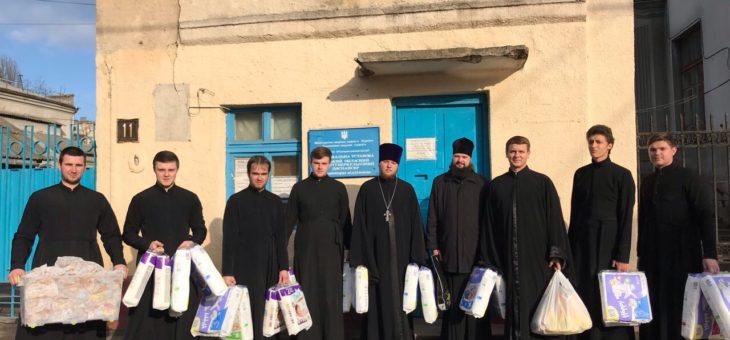 Сотрудники социального отдела Одесской епархии совместно с воспитанниками Одесской духовной семинарии посетили пациентов Одесского областного противотуберкулезного диспансера