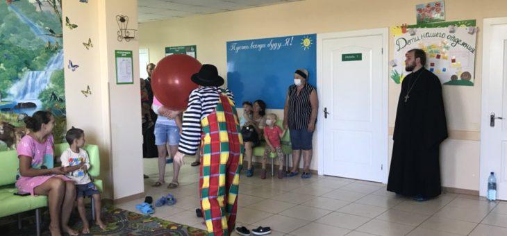 Ко дню памяти целителя Пантелеимона молодежный актив социального отдела Одесской епархии посетил детей-пациентов медицинских и подопечных воспитательных учреждений города Одессы